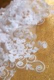 Giarrettiera da un tessuto ricamato da un merletto satiny Fotografia Stock