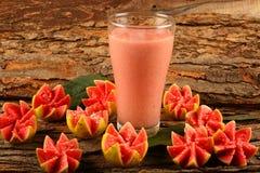 Giass van heerlijk guavevruchtesap stock afbeelding
