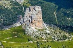 在Giau通行证的岩石峭壁在白天 库存图片