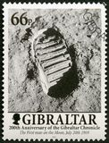 GIBILTERRA - 2001: l'orma sulla luna, uomo di manifestazioni cammina sulla luna, 200 anni della cronaca di Gibilterra Fotografie Stock Libere da Diritti