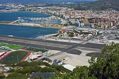 Gibraltar-Flughafen und -rollbahn stockfotos