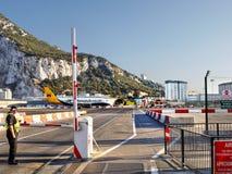 Gibraltar flygplan på flygplatslandningsbanan arkivfoto