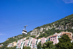 Gibraltar-Häuser und Drahtseilbahn Stockfotografie