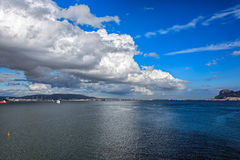 Gibraltar på en solig dag från fjärden Arkivbilder
