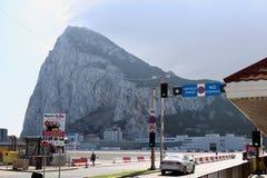 Gibraltar-Spanien gräns, kulle och himmel arkivbilder