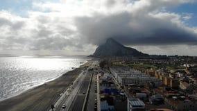 Gibraltar strandsikt från ovannämnt och att flyga på surret Spanien Härlig strand och hav, montering Gibraltar och dess omgivning lager videofilmer