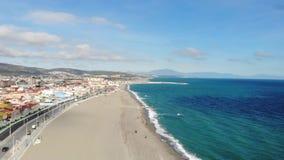 Gibraltar strandsikt från ovannämnt och att flyga på surret Spanien Härlig strand och hav, montering Gibraltar och dess omgivning arkivfilmer