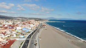 Gibraltar strandsikt från ovannämnt och att flyga på surret Spanien Härlig strand och hav, montering Gibraltar och dess omgivning stock video