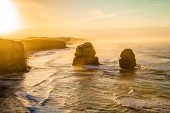 Gibson Steps et les douze apôtres au coucher du soleil Photo stock
