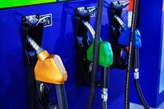 Gicleur d'essence dans la station service images stock