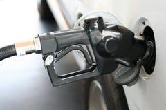Gicleur d'essence dans le réservoir de gaz photo stock