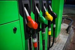 Gicleurs d'essence dans différentes couleurs photos stock