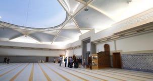 Gids die aan bezoekerbetekenis verklaren van haram in moskee stock videobeelden