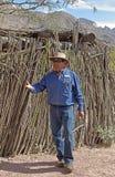 Gids die die over een keet spreken van ocotillocactus wordt gebouwd royalty-vrije stock afbeelding