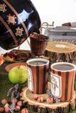 Gießen aus dem Kessel für Tee durch ein Sieb in zwei Schalen Stockfoto