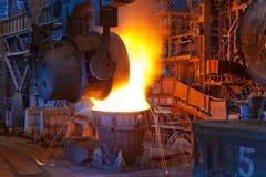 Gießen des flüssigen Metalls Lizenzfreie Stockbilder