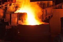 Gießen des flüssigen Metalls in der Werkstatt des geöffneten Herds Lizenzfreie Stockbilder