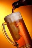 Gießen des hellen Bieres stockbild