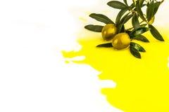 Gießen des olivgrünen und Olivenöls lokalisiert Stockfotos