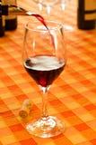 Gießen des Rotweins Stockbild