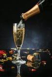 Gießen einer Champagnerflöte Stockfotografie