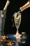 Gießen einer Champagnerflöte Lizenzfreie Stockfotos