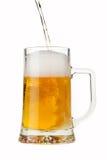 Gießen eines Bieres Lizenzfreie Stockfotos