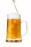 Gießen eines Bieres Lizenzfreie Stockfotografie