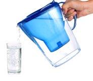 Gießen eines Glases gereinigten Wassers Stockfotos