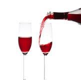 Gießen eines Glases Weins Stockfotos