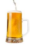Gießen eines halben Liters Bieres Stockfotos