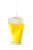 Gießen eines halben Liters Bieres auf weißem Hintergrund Lizenzfreies Stockbild
