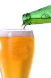 Gießen eines halben Liters Bieres von der Flasche Lizenzfreies Stockbild