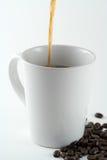 Gießen eines Kaffees lizenzfreie stockfotografie