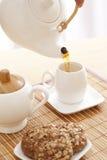 Gießen eines Tees Lizenzfreie Stockbilder