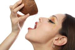 Gießen eines tropischen Getränks Lizenzfreie Stockfotos