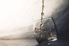 Gießen eines Whiskys Lizenzfreies Stockbild