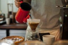 Gießen Sie über dem Kaffee-Tropfenfänger-Brauen stockbild