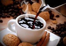 Gießen Sie den Kaffee Stockbild