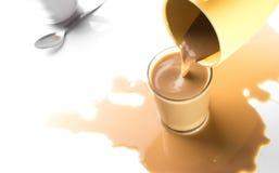 Gießen Sie den Kaffee in ein Glas. Lizenzfreies Stockbild