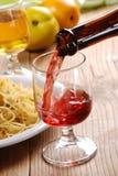 Gießen Sie den Wein Stockbild