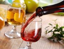 Gießen Sie den Wein Stockbilder