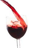 Gießen Sie den Wein in das Glas auf einem weißen Hintergrund Stockfotos