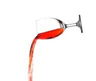 Gießen Sie den Wein, der auf Weiß lokalisiert wird. Lizenzfreies Stockfoto