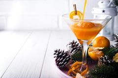 Gießen Sie ein Cocktail Martini in einem Glas des neuen Jahres stockfoto