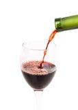 Gießen Sie ein Glas Wein Stockfotos