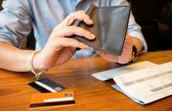 Gießen Sie leere Geldbörse Stockbild