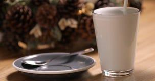 Gießen Sie Milch in Glas stock footage