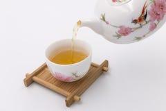 Gießen Sie Tee Lizenzfreie Stockbilder