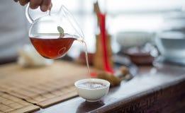 Gießen Sie Tee in eine Schale Lizenzfreie Stockfotografie